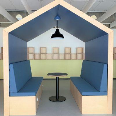 Mødehus med perforerede akustikplader