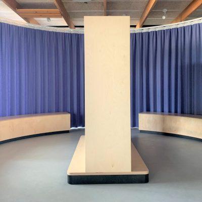 Legerum med specialbyggede møbler og gardiner