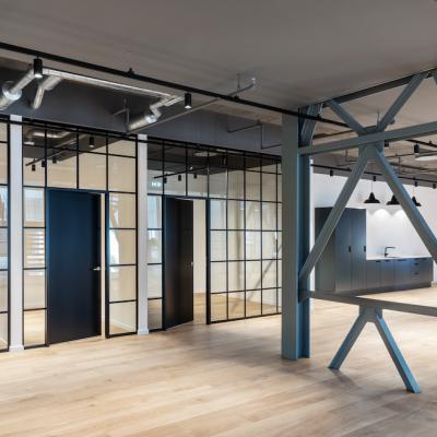 Åbent kontorlandskab med stålkonstruktioner